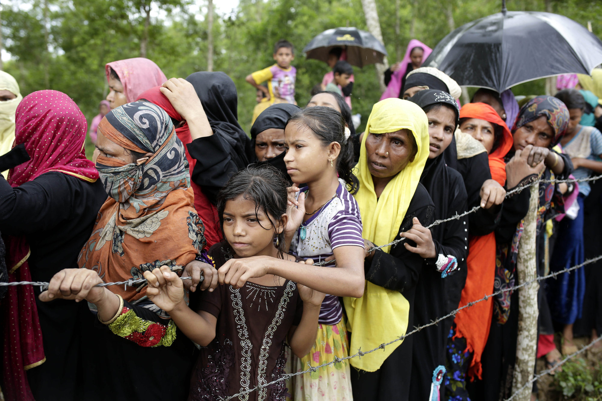 epaselect epa06256909 Rohingya refugees wait to get relief goods in Ukhiya, Coxsbazar, Bangladesh, 10 October 2017. According to the United Nations High Commissioner for Refugees (UNHCR), more than 525 thousand Rohingya refugees have fled Myanmar from