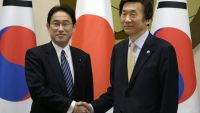 epa04672253 Japanese Foreign Minister Fumio Kishida (L) shakes hands with South Korean counterpart Yun Byung-Se (R) prior to their meeting at the Ministry of Foreign Affairs in Seoul, South Korea, 21 March 2015. Japanese Foreign Minister Fumio Kishida