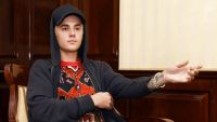 epa04931613 Canadian singer Justin Bieber poses during a press event at the Ritz Carlton Hotel in Berlin, Germany, 15 September 2015. The 21-year-old released his new single 'What Do You Mean' and does a tour to promote it.  EPA/JENS KALAENE