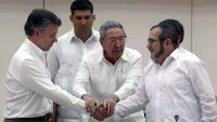 epaselect epa04946090 Cuban President Raul Castro (C) holds the hands of Colombian President Juan Manuel Santos (L) and top leader of the Revolutionary Armed Forces of Colombia (FARC) Rodrigo Londono 'Timochenko' Echeverri (R) during a press