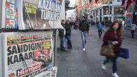 epa05007105 Pedestrians walk near newspapers carrying news on the election results in Istanbul, Turkey, 02 November 2015. Turkey's Islamic-rooted Justice and Development Party (AKP) reclaimed its majority in the parliamentary elections on 01 November
