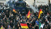 epa05094262 Police drive back protesters at a demonstration by the anti-Islam Pegida movement (Patriotic Europeans Against the Islamisation of the Occident) of North Rhine-Westphalia and right-wing extremist party Pro Koeln, in Cologne, Germany, 09