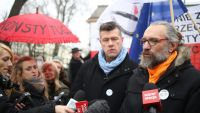 epa05098400 Committee for the Defence of Democracy (KOD) Leader Mateusz Kijowski (R) with KOD board member Jaroslaw Marciniak (C) speak to the media at a press conference at the Constitutional Tribunal in Warsaw, Poland, 12 January 2016. Committee for the