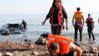 epa04882058 Refugees reportedly being from Syria and coming across the Turkish coastline in a rubber dinghy bow on Greek soil after disembark illegally on the coast of Skala Sykamias on Lesbos island, North Aegean Sea, Greece, 13 August 2015. According to