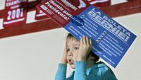 epa05137972 A young boy holds a sign while sitting on his father's shoulders as they wait for Vermont Senator and US Democratic presidential candidate Bernie Sanders (not pictured) at a rally in Des Moines, Iowa, USA, 31 January 2016. The first in a