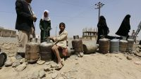 epa05222932 Yemenis stand next to empty gas cylinders waiting for gas supplies at a gas station amid increasing gas shortages in Sana'a, Yemen, 20 March 2016. Yemen continues to experience severe gas shortages since the Saudi-led coalition started a