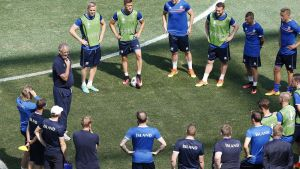 epa05392459 Iceland's coach Lars Lagerbaeck (L) talks to players during a training session of the Iceland team at Stade de Nice in Nice, France, 26 June 2016. Iceland will face England in the UEFA EURO 2016 round of 16 match on 27 June 2016.