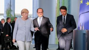 epa05394887 German Chancellor Angela Merkel (L) alongside French President Francois Hollande (C) and Italian Prime Minister Matteo Renzi  arriving for a press conference, after meetings in the wake of Britain's referendum vote to leave the EU, in