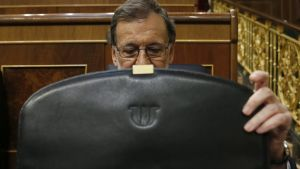 epa05516882 Spanish acting Prime Minister and leader of the People's Party (PP), Mariano Rajoy, opens his briefcase as he attends the second day of the investiture debate at the Lower House in Madrid, Spain, 31 August 2016. The Spanish Parliament