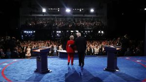 epa05557734 Democrat Hillary Clinton (L) and Republican Donald Trump (R) shake hands at the end of the first Presidential Debate at Hofstra University in Hempstead, New York, USA, 26 September 2016. The only Vice Presidential debate will be held on 04