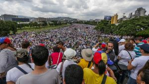 epa05604304 Hundreds of oppositors to Venezuelan government of President Nicolas Maduro participate in a demonstration in Caracas, Venezuela, 26 October 2016. Thousands of people in several cities of the country began to gather to participate in the