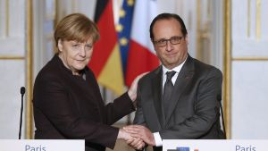 epa05041671 German Chancellor Angela Merkel (L) and French President Francois Hollande (R) shake hands after making a statement at the Elysee Palace in Paris, France, 25 November 2015. French President Francois Hollande and German Chancellor Angela Merkel