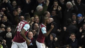 epa05121420 West Ham Enner Valencia (R) celebrates after scoring a goal against Manchester City during the English Premier League game between West Ham United and Manchester City at the Boleyn ground in London, Britain, 23 January 2016. EPA/FACUNDO