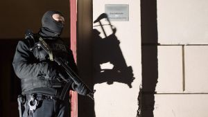 epa04562277 A member of the special German anti-terror police outside an apartment block in Perleberger Strasse, Berlin, 16 January 2015. German police arrested two people during an anti-terrorism operation in Berlin early 16 January 2014. The two men, 41