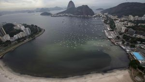 epa05323662 A photo made available on 22 May 2016 shows a giant stain produced by a sewage runoff at the cove of Botafogo, in Guanabara Bay where the Sailing competitions at the 2016 Rio Olympic Games will be held, in Rio de Janeiro, Brazil, 21 May 2016.