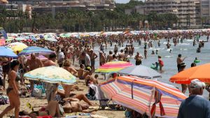 epa04830830 People crowd the Levante beach in Salou, province of Tarragona, northeastern Spain, 04 July 2015. Temperatures rose up to 40 degrees Celsius in many cities in the second major heat wave hitting the country since the last month.  EPA/JAUME