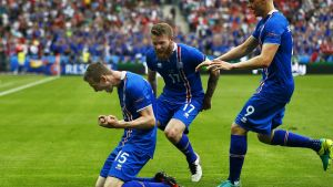 epa05383770 Jon Dadi Bodvarsson (L) of Iceland celebrates with his teammates Aron Gunnarsson (C) and Kolbeinn Sigthorsson (R) after scoring the 1-0 lead during the UEFA EURO 2016 group F preliminary round match between Iceland and Austria at Stade de