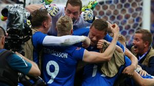 epa05384205 Players of Iceland celebrate their winning goal during the UEFA EURO 2016 group F preliminary round match between Iceland and Austria at Stade de France in Saint-Denis, France, 22 June 2016. Iceland won 2-1.