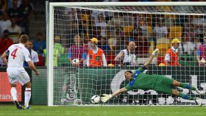 epa03280306 England's Steven Gerrard (L) scores against Italian goalkeeper Gianluigi Buffon (R) during the penalty shootout of the quarter final match of the UEFA EURO 2012 between England and Italy in Kiev, Ukraine, 24 June 2012. Italy won 4-2 after