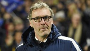 epa05203606 Paris Saint Germain (PSG) manager Laurent Blanc sits on the bench before kick off during the UEFA Champions League Round of 16, second leg soccer match between Chelsea FC and Paris Saint-Germain at Stamford Bridge in London, Britain, 09 March