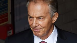 epa05387567 Former British Prime Minister Tony Blair (L) arrives at the headquarters of the 'Vote leave' campaign in central London after the British Prime Minister David Cameron announced his resignation after losing the vote in the EU