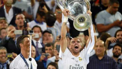 epa05335033 Pepe (R) of Real Madrid lifts the trophy after Real Madrid won the UEFA Champions League final between Real Madrid and Atletico Madrid at the Giuseppe Meazza Stadium in Milan, Italy, 28 May 2016. Left is his teammate Cristiano Ronaldo.  EPA