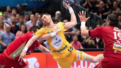 epa05336506 Kielce's Krzysztof Lijewski (C) in action against Veszprem's Istvan Timuzsin Schuch (L) and Laszlo Nagy during the Handball Champions League EHF Final Four finale between KS Vive Kielce and MKB Veszprem at Lanxess-Arena in Cologne,