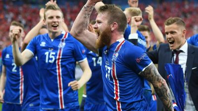 epa05385099 Aron Gunnarsson (C) of Iceland and teammates celebrate after the final whistle of the UEFA EURO 2016 group F preliminary round match between Iceland and Austria at Stade de France in Saint-Denis, France, 22 June 2016. Iceland won 2-1.