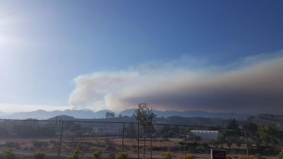 epa05438612 A handout picture made available by the National Wildfire Coordinating Group (NWCG) shows a view of the Sand Fire seen from Highway 14, near Santa Clarita, California, USA, 23 July 2016. Evacuations were prompted as a wildfire in the Santa