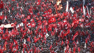 epa05439239 Seculer Supporters of main opposition Republic Public Party (CHP) shout slogans and hold Turkish flags and pictures of Ataturk, founder of modern Turkey, during a demonstration against the failed coup, at Taksim Square, in Istanbul, Turkey, 24