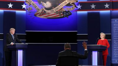 epa05557727 Moderator Lester Holt (C) reacts as Republican Donald Trump (L) and Democrat Hillary Clinton (R) during the first Presidential Debate at Hofstra University in Hempstead, New York, USA, 26 September 2016. The only Vice Presidential debate will