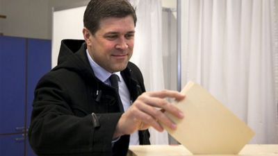 Chairman of the Independence Party Bjarni Benediktsson casts his ballot Saturday April 27, 2013, as Icelanders vote in a General Election.  According to polls the parliamentary election could return to power the center-right parties that led the country