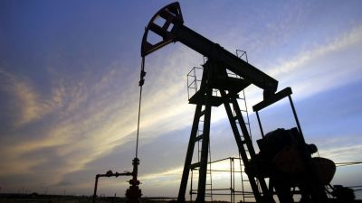 epa000284076 (FILES A file picture dated 14 July 2004 shows an oil well in Santa Cruz del Norte, Havana province,  World oil prices broke fresh records on Monday 27 September 2004 with US light crude poised to break through the 50 US Dollars a barrel mark