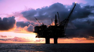 epa01315060 (FILE)  A file photograph dated 14 June 2001 showing the Statfjord A- oil platform in the North Sea. off the Norwegian coast. The price for crudes produced by the Organization of the Petroleum Exporting Countries (OPEC) peaked above 104 US