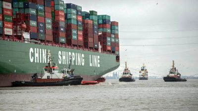 epa05143254 The approximately 400-metre-long container vessel CSCL Indian Ocean grounded in the Elbe river near Stade, Germany, 04 February 2016. Tugboats have been unable to free the freighter, police said. The ship presumably ran aground in the channel