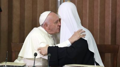 epa05157381 Pope Francis (2L) hugs Russian Orthodox Patriarch Kirill (2R) at Jose Marti airport in Havana, Cuba, 12 February 2016. Pope Francis and the leader of the Russian Orthodox Church, Patriarch Kirill, held a historic meeting in Havana's