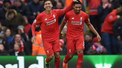 epa05146948 Liverpool's Roberto Firmino (L) is congratulated by Jordon Ibe (R) after scoring the opening goal during the English Premier League soccer match between Liverpool and Sunderland at Anfield, Liverpool, Britain, 06 February 2016. EPA/PETER