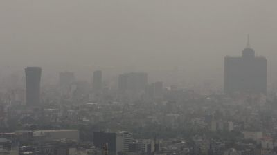 epa02143728 General view of the highly polluted air in Mexico City, Mexico, on 04 May 2010. Authorities have asked the citizens to restrict car use as well as to refrain from open air activities.  EPA/SASHENKA GUTIERREZ
