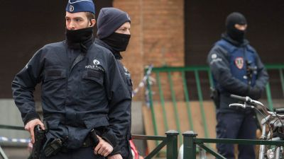 epa05218693 Belgian security forces seal off an area during an anti-terror operation in the Molenbeek neighborhood of Brussels, Belgium, 18 March 2016. Media reports claim that fugitive terror suspect Salah Abdeslam has been wounded but arrested alive