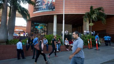 epa05153604 People wait outside a mall in Venezuela, Caracas, 10 February 2016. Shopping malls in Venezuela started halve their working time due to rationing of electricity in the country following the drought and El Nino oscillation phenomenon which have