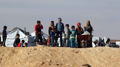 epa05102347 Syrian refugees wait at the north-eastern Jordan border with Syria, near Royashed Town, Jordan, 14 January 2016. According to the Jordanian news agency Petra, the Jordan Response Plan 2015' (JRP 2015) estimates the total number of Syrian