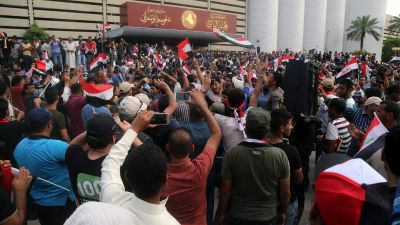 epa05284745 Supporters of Iraqi Shiite cleric Muqtada al-Sadr rally in front of the gate of Iraqi parliament building inside the so-called 'Green Zone' in central Baghdad, Iraq, 30 April 2016. Protesters loyal to popular Shiite cleric Muqtada al