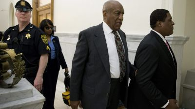 epa05327323 US entertainer Bill Cosby (C) departs the Montgomery County Courthouse in Norristown, Pennsylvania, USA, 24 May 2016 after a preliminary hearing regarding charges stemming from an alleged sexual assault in 2004 in Elkins Park, Pennsylvania,
