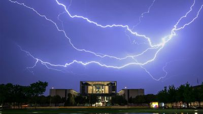 epaselect epa05326013 A picture taken with a long exposure made available on 24 May 2016 shows a lightning striking over the German Chancellery in Berlin, Germany, 23 May 2016.  EPA/PAUL ZINKEN