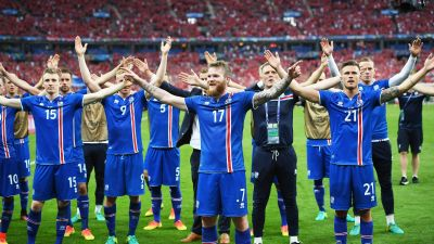 epa05384306 Aron Gunnarsson (C) of Iceland and teammates celebrate after the final whistle of the UEFA EURO 2016 group F preliminary round match between Iceland and Austria at Stade de France in Saint-Denis, France, 22 June 2016. Iceland won 2-1.
