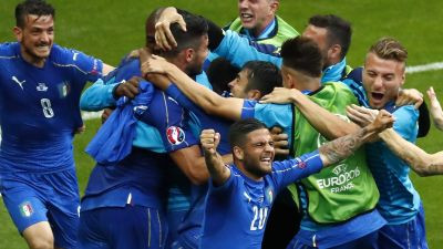 epa05394980 Italy players celebrate after Graziano Pelle (3-L) scored the 2-0 goal during the UEFA EURO 2016 round of 16 match between Italy and Spain at Stade de France in St. Denis, France, 27 June 2016.
