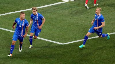 epa05395104 Ragnar Sigurdsson of Iceland (L) celebrates scoring the 1-1 with teammates during the UEFA EURO 2016 round of 16 match between England and Iceland at Stade de Nice in Nice, France, 27 June 2016.