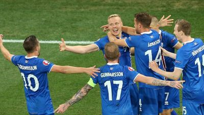 epa05395177 Kolbeinn Sigthorsson (C) of Iceland celebrates with teammates after scoring the 2-1 lead during the UEFA EURO 2016 round of 16 match between England and Iceland at Stade de Nice in Nice, France, 27 June 2016.