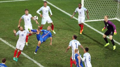 epa05395316 Ragnar Sigurdsson of Iceland with an overhead kick during the UEFA EURO 2016 round of 16 match between England and Iceland at Stade de Nice in Nice, France, 27 June 2016.