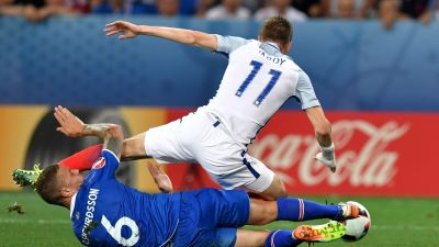 epa05395346 Ragnar Sigurdsson (L) of Iceland in action against Jamie Vardy (R) of England during the UEFA EURO 2016 round of 16 match between England and Iceland at Stade de Nice in Nice, France, 27 June 2016.